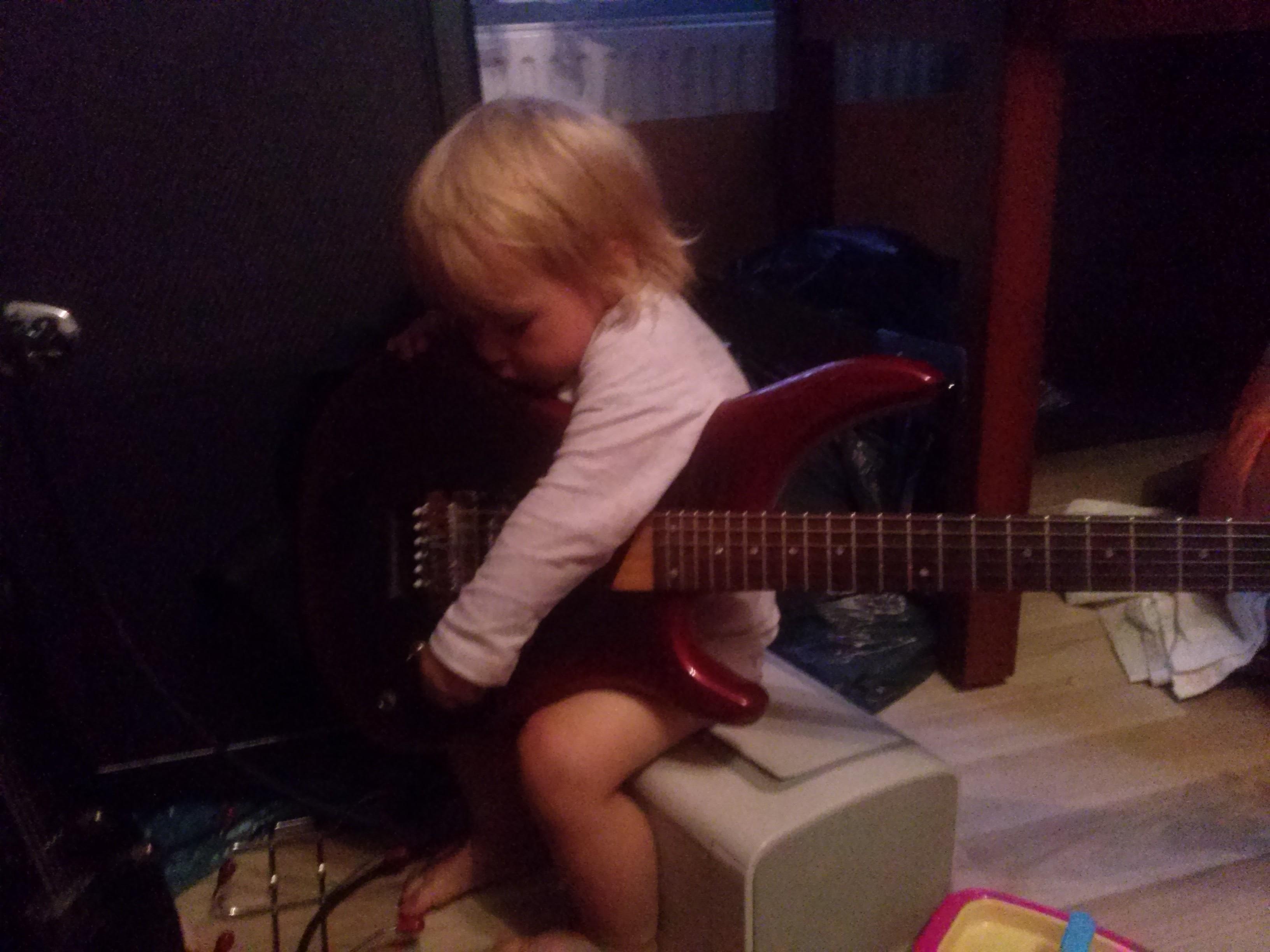obrazek: Córeczka na gitarce   - elektronika i schematy- Galeria - GuitarFail - 20160715 200359